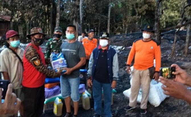 Wakil Bupati Rejikinoor saat menyerahkan bantuan kepada korban kebakaran di desa Tumbang Olong II, Kecamatan Uut Murung, Minggu (31/1/2021)
