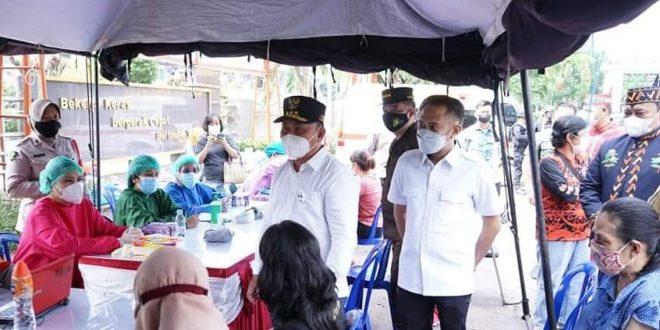 Gubernur Kalimantan Tengah, H. Sugianto Sabran bersama Wali Kota Palangka Raya, Fairid Naparin saat melakukan peninjauan pelaksanaan vaksinasi Covid-19 secara massal, di Pasar Besar Palangka Raya
