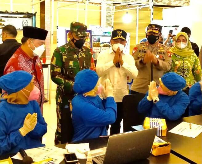 Gubernur Kalteng Sugianto Sabran, bersama Kapolda, Danrem dan Forkopimda, memantau percepatan vaksinasi di tiga Kabupaten, yakni Kotim, Seruyan dan Kobar, Kamis (10/6/2021) siang. (Foto ist)