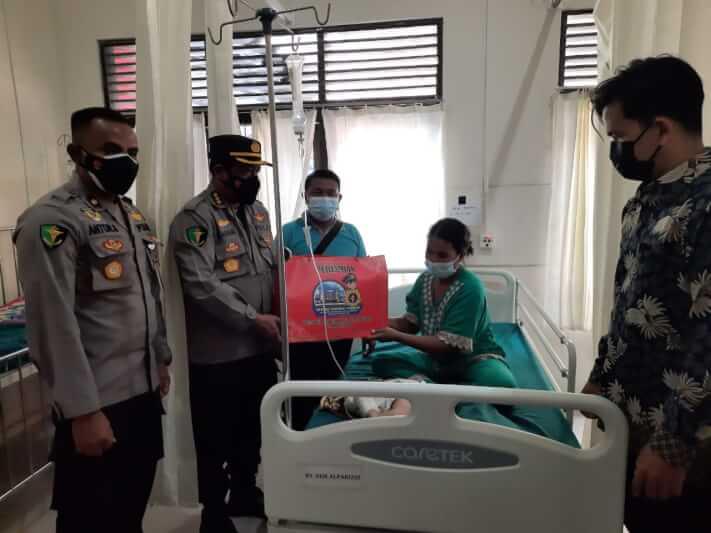 Kabid Dokkes bersama Karumkit Bhayangkara memberikan tali asih kepada keluarga pasien operasi bibir sumbing