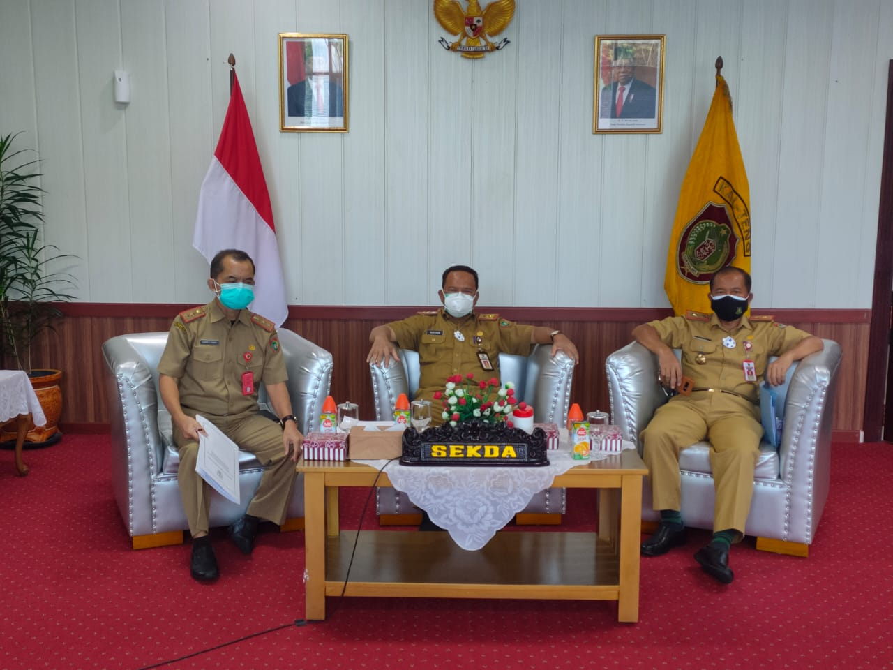 Pj. Sekretaris Daerah Provinsi Kalteng H. Nuryakin saat menghadiri secara virtual Rapat Gabungan DPRD Provinsi Kalteng dengan Pemprov Kalteng