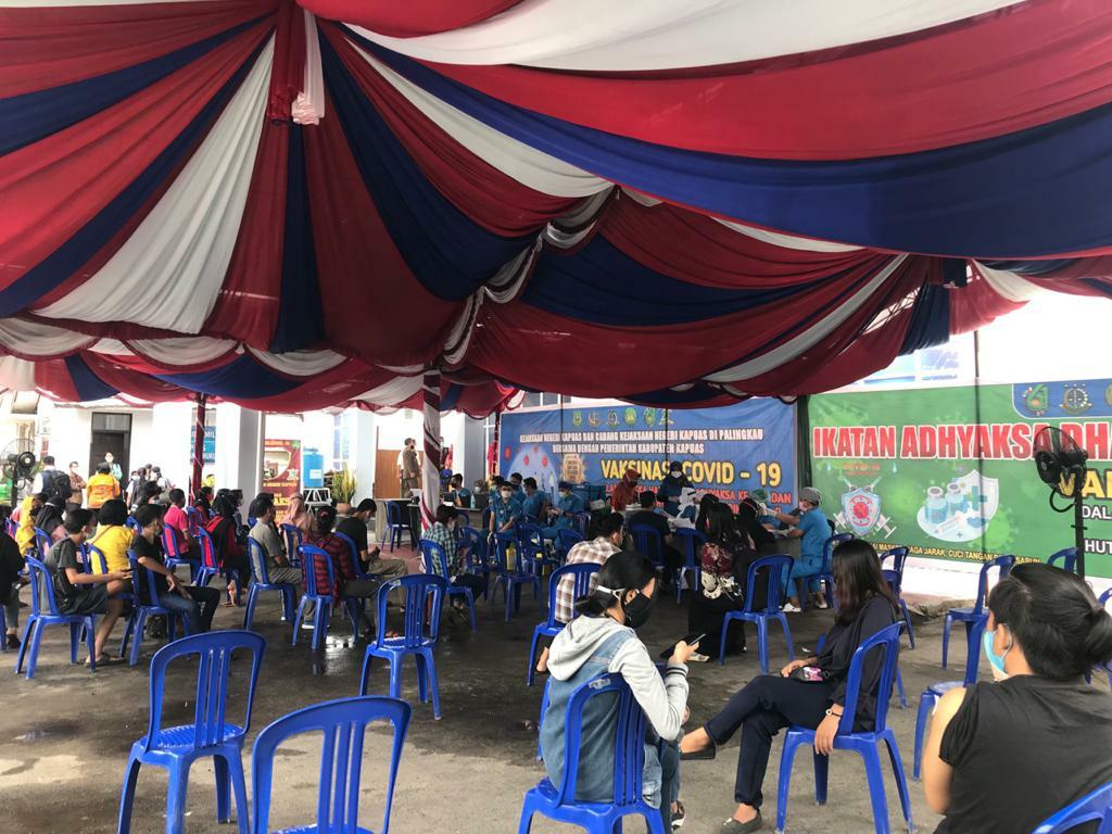Suasana kegiatan vaksinasi di parkiran Kejaksaan Negeri Kabupaten Kapuas