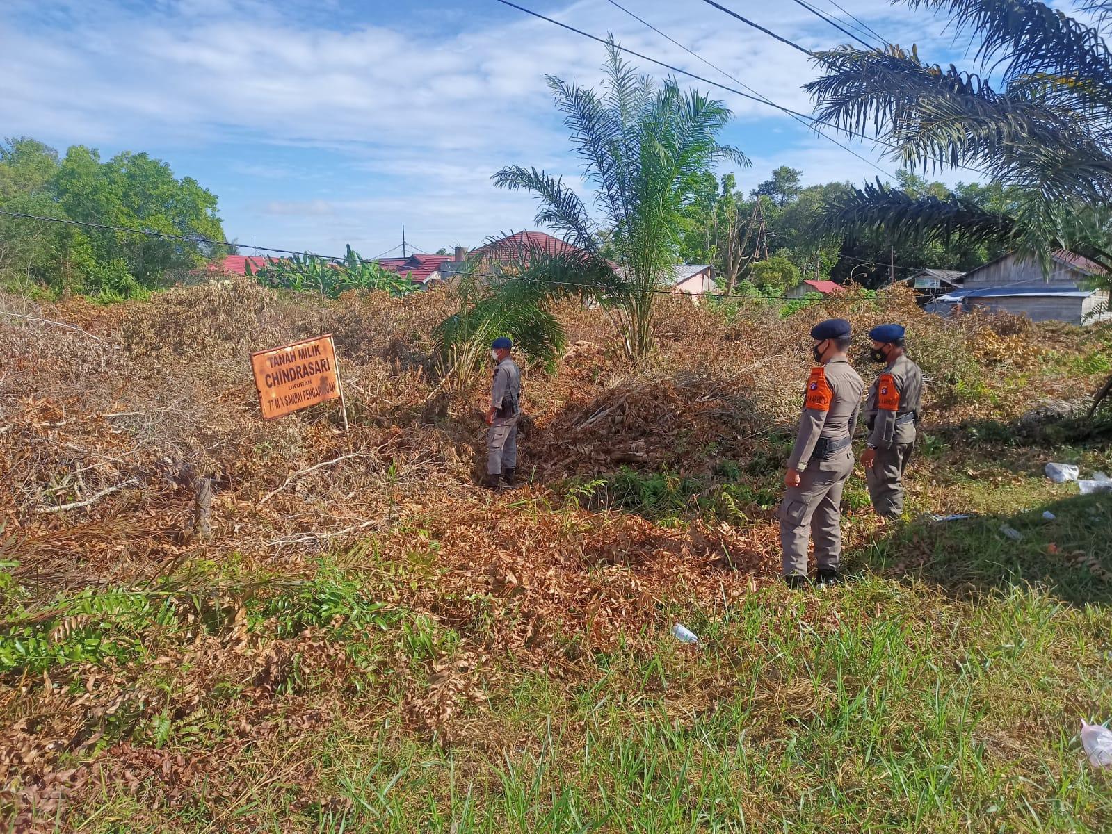 Personel Satbrimob Polda Kalteng menemukan adanya semak belukar kering hasil tebasan di pinggir jalan