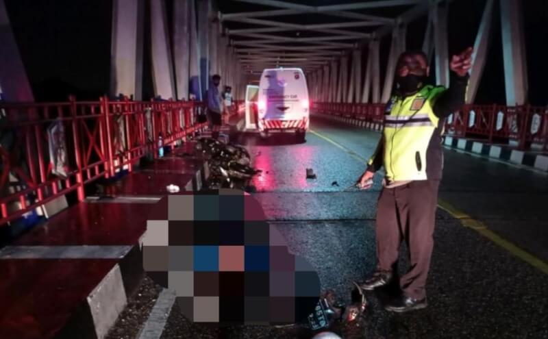 Korban Muhammad Tauran (34) tewas di tempat usai motornya ditabrak mobil pikap di Jembatan Kahayan