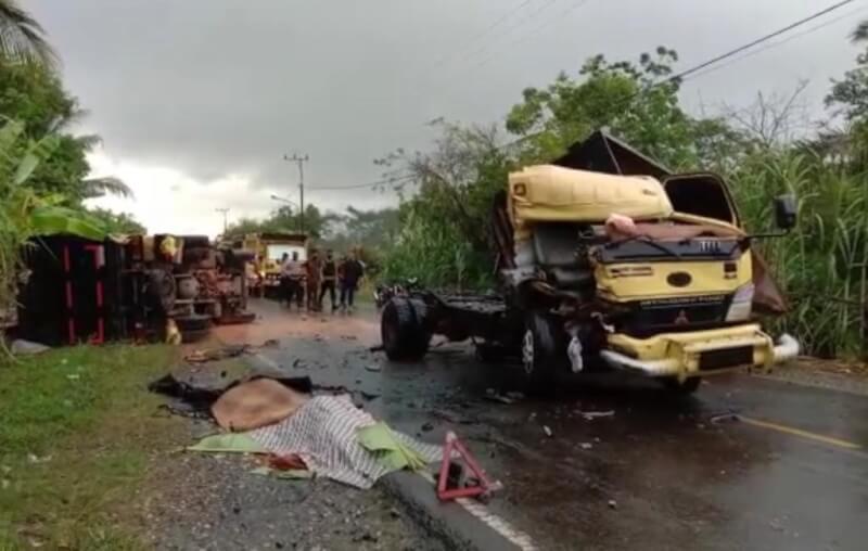 Dua mobil truk terlihat rusak parah usai mengalami kecelakaan maut