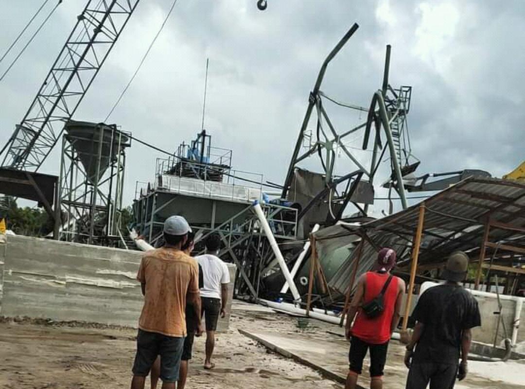 Para pekerja yang melihat bagian tower PT. MPP yang roboh dan menelan korban jiwa