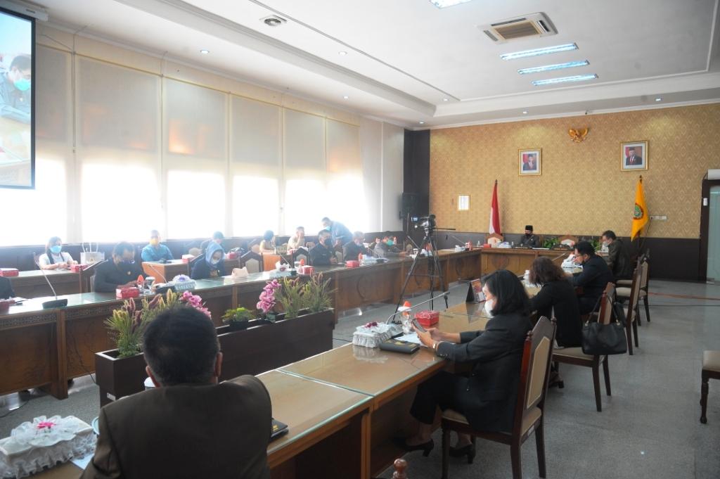 PARIPURNA – Pimpinan dan Anggota DPRD Kalteng, saat mengikuti Rapat Paripurna di gedung dewan, belum lama ini. (Foto/Humas DPRD Provinsi Kalteng)