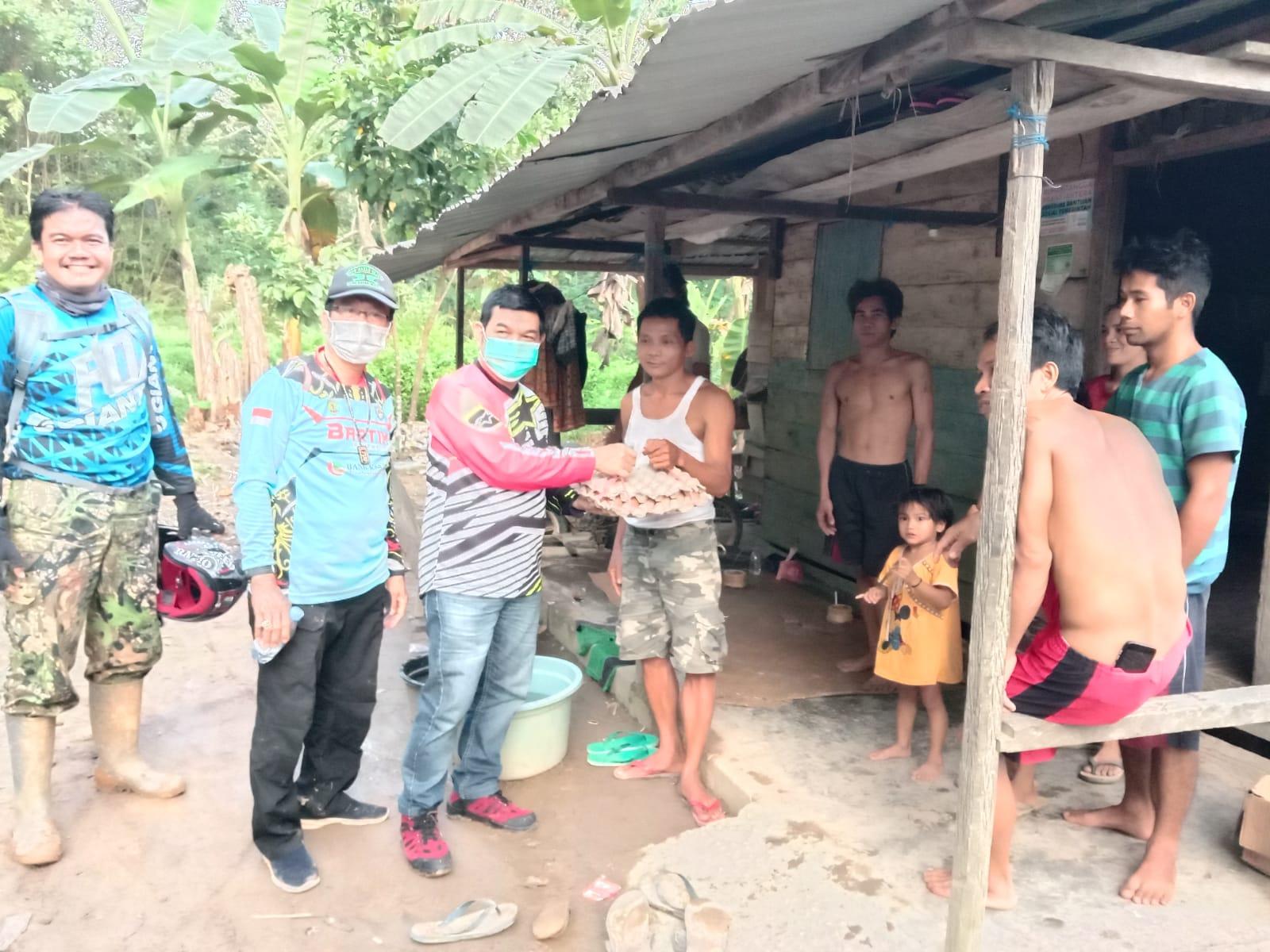 Bupati Barito Timur, Provinsi Kalimantan Tengah, Ampera AY Mebas saat menyerahkan bantuan bagi warga terpencil Dusun Ono Desa Gandrung Kecamatan Paku, Sabtu (17/7/2021)