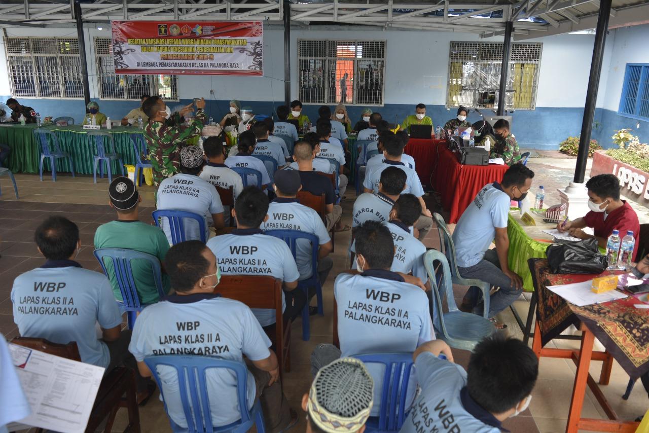 Antrean narapidana Lapas Palangka Raya untuk registrasi setelah menjalani vaksinasi
