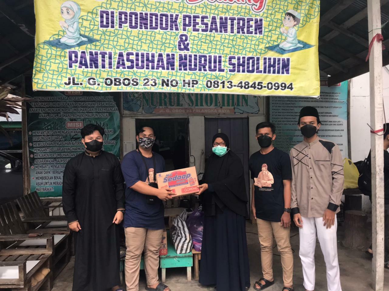Gusdurian Palangka Raya saat menyerahkan bantuan sembako ke Panti Asuhan Nurul Sholihin