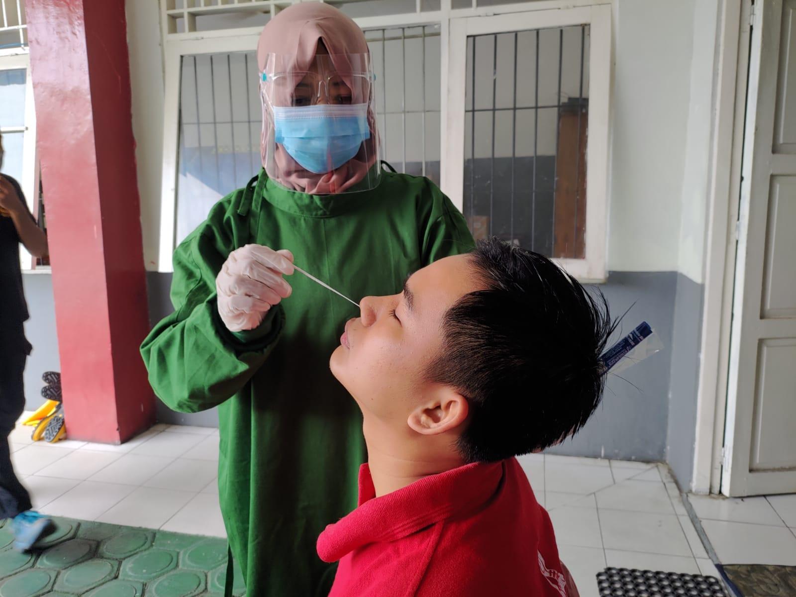 Pegawai Rutan saat menjalani swab antigen