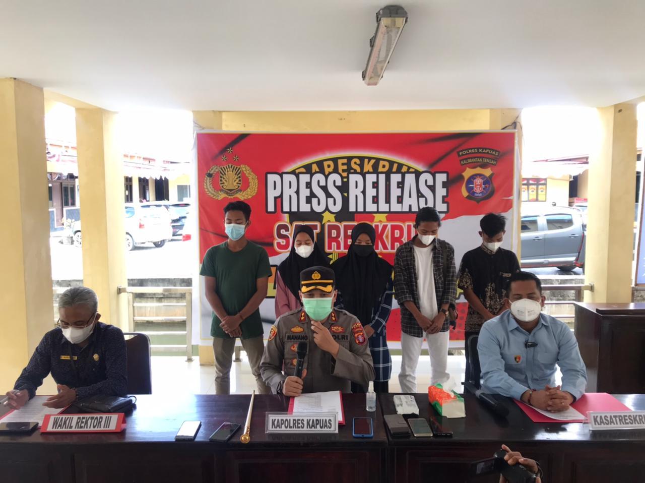 Para Mahasiswa saat berdiri dalam rilis yang digelar Polres Kapuas
