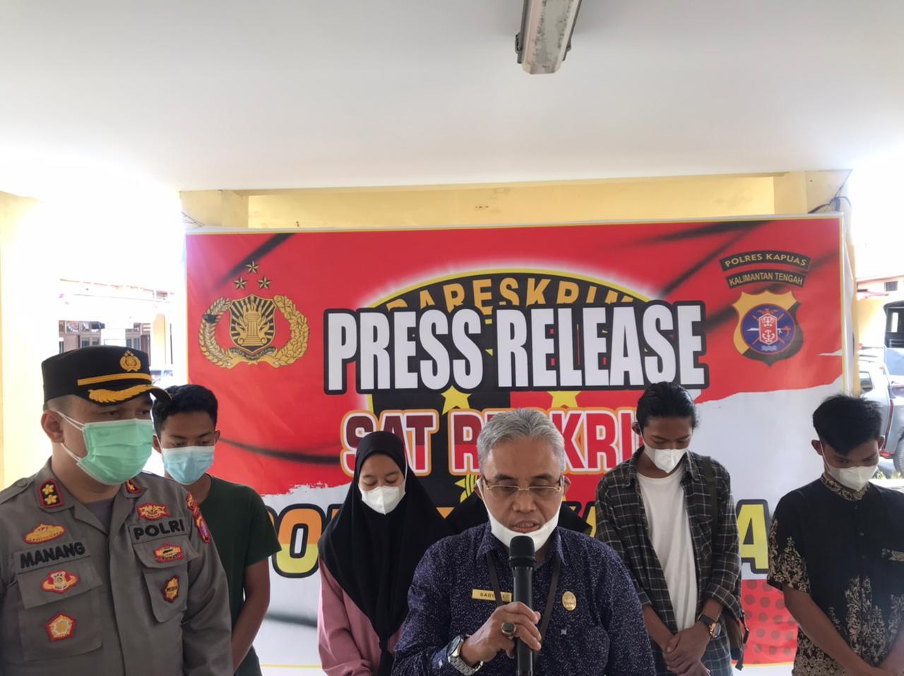 Rektor III IAIN Palangkaraya, Dr. Sadiani, saat menyampaikan keterangan dalam rilis di Polres Kapuas