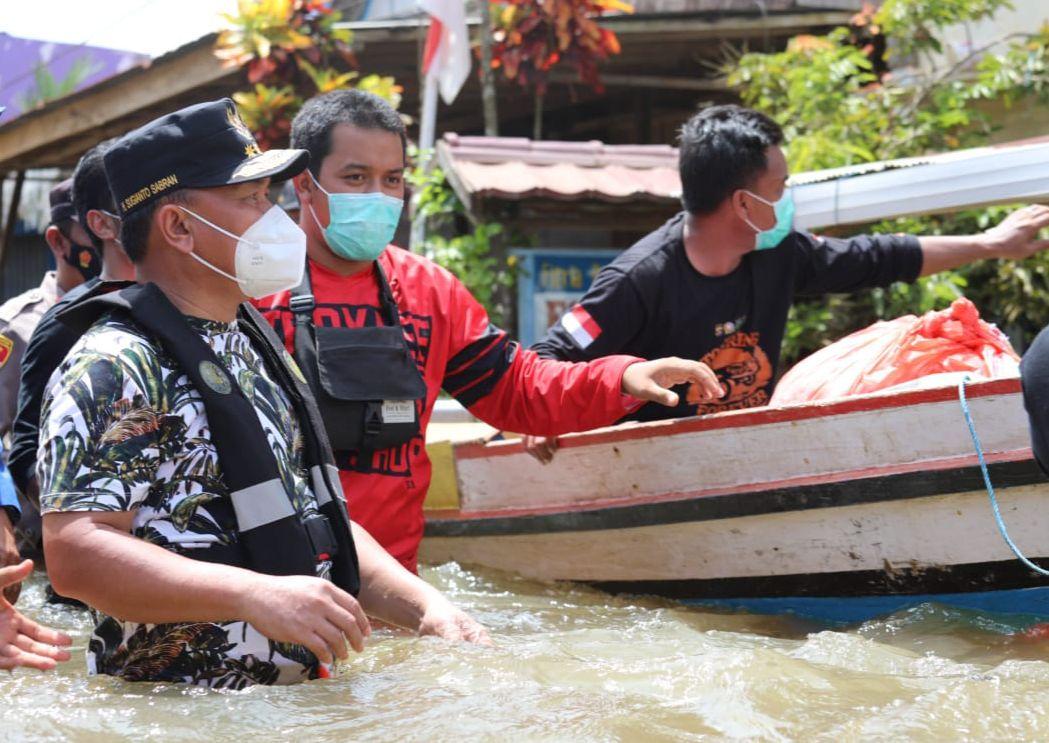 Gubernur Provinsi Kalimantan Tengah, Sugianto Sabran, saat menyalurkan sembako di lokasi banjir