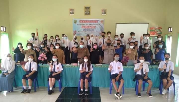 Pelaksanaan kegiatan sosialisasi bahaya narkoba kepada pelajar SMA dan SMP di aula SMPN 1 Dusun Tengah