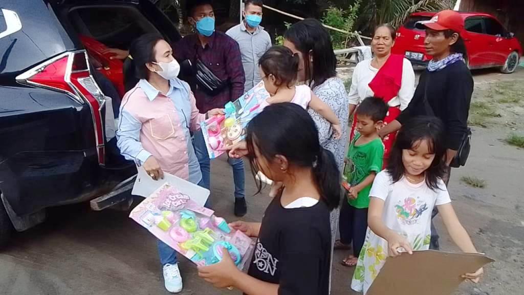 Anggota DPRD Kalimantan Tengah (Kalteng) dari Fraksi PDI Perjuangan, Hj. Maryani Sabran saat saat memberikan hadiah kepada anak-anak