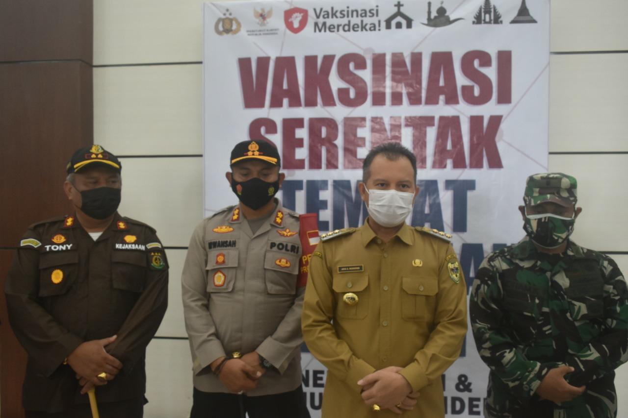 Bupati Gunung Mas, Jaya Samaya dalam kegiatan Vaksinasi Merdeka Serentak, dilaksanakan di Gedung Christian Center Kuala Kurun, Selasa (7/9/2021)