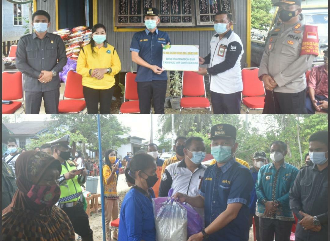 Bupati Gunung Mas Jaya Samaya Monong saat menyerahkan bantuan untuk korban banjir