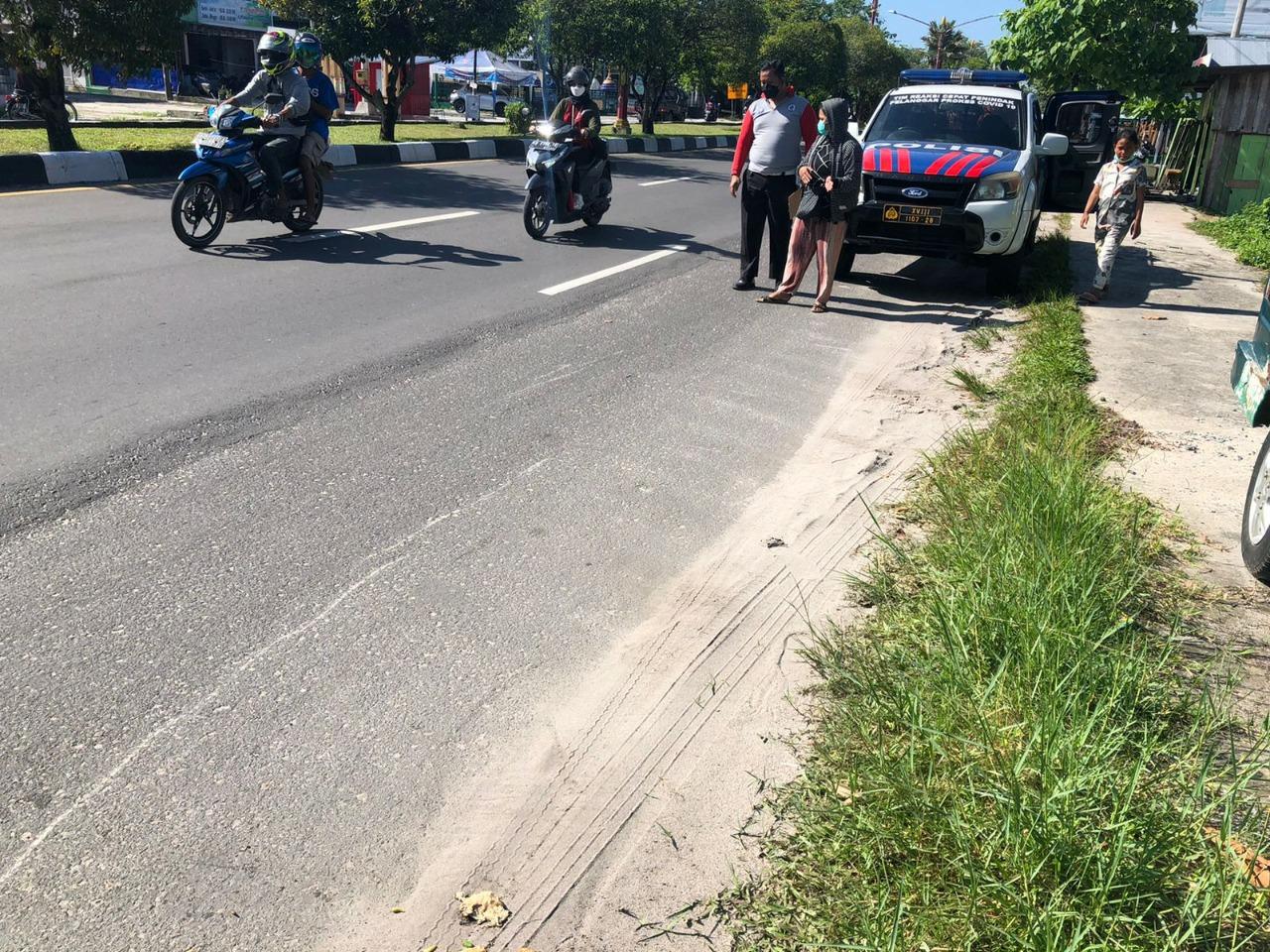 Personel Unit Laka Lantas melakukan olah TKP di lokasi kecelakaan