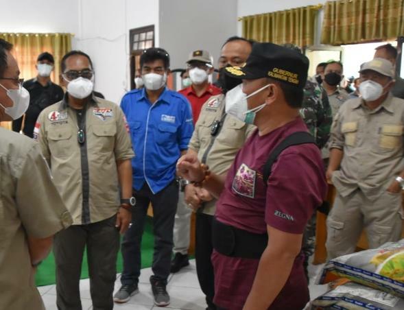 Pengecekan langsung oleh Gubernur Kalteng H. Sugianto Sabran di Gudang Logistik tempat penampungan sementara bantuan bagi masyarakat terdampak banjir di Kabupaten Katingan