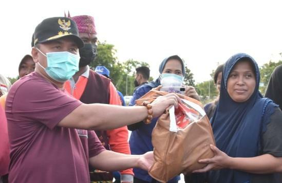 Gubernur Kalteng H. Sugianto Sabran saat menyerahkan bantuan ke masyarakat setempat