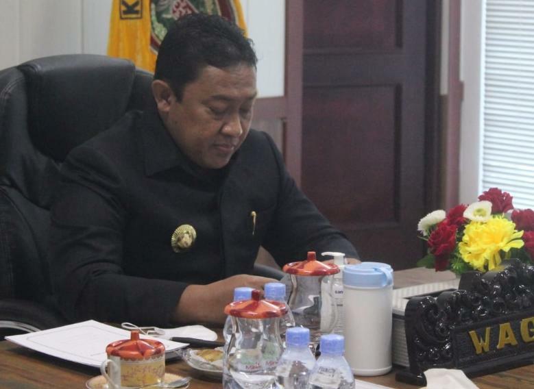 Wakil Gubernur Kalteng H. Edy Pratowo saat menghadiri secara virtual Rapat Paripurna ke-11 Penutupan Masa Persidangan II Tahun Sidang 2021, sekaligus Rapat Paripurna ke-1 Pembukaan Masa Persidangan III Tahun Sidang 2021 DPRD Provinsi Kalteng