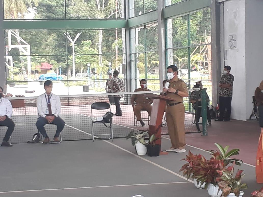 Bupati Barito Timur Ampera AY Mebas saat menyampaikan sambutannya pada acara pembukaan pentingnya berwirausaha di masa pandemi Covid-19 bagi pelaku UMKM di Kabupaten Barito Timur, yang diselenggarakan di Lapangan Tenis Indoor Jalan Nansarunai, Tamiang Layang, Senin (13/9/2021)