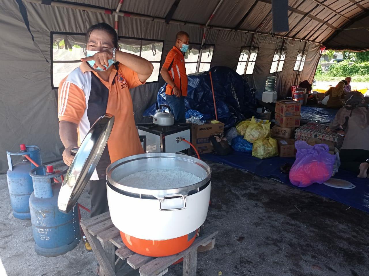 Personel BPBD menyiapkan makanan siap saji bagi masyarakat