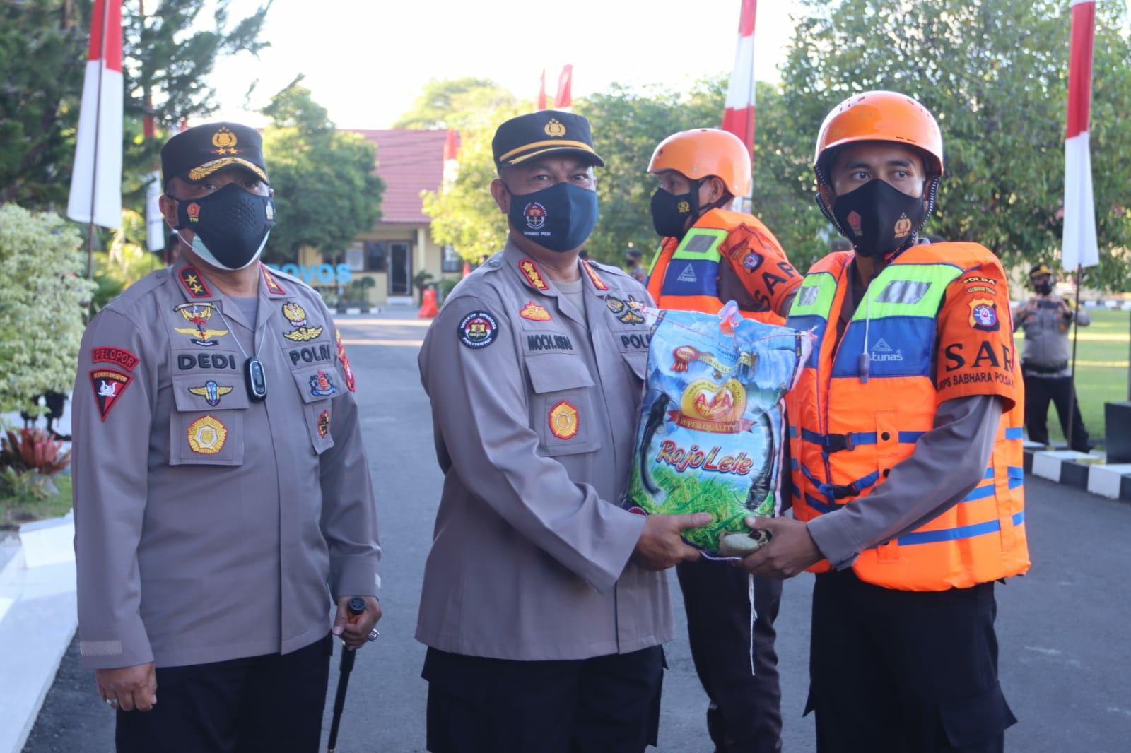 Kapolda Irjen Pol Dedi Prasetyo mendampingi Kabid Humas Polda Kalsel memberikan sembako kepada personel untuk dibagikan