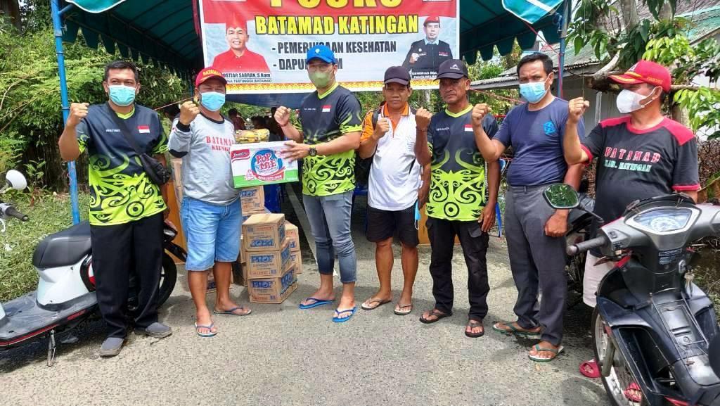 BANTUAN Ketua Fraksi Gabungan P4H DPRD Kalteng, Tomy Irawan Diran, saat menyerahkan bantuan ke salah seorang warga yang terdampak banjir di Kabupaten Katingan, pekan lalu. (Foto/Humas DPRD Provinsi Kalteng)