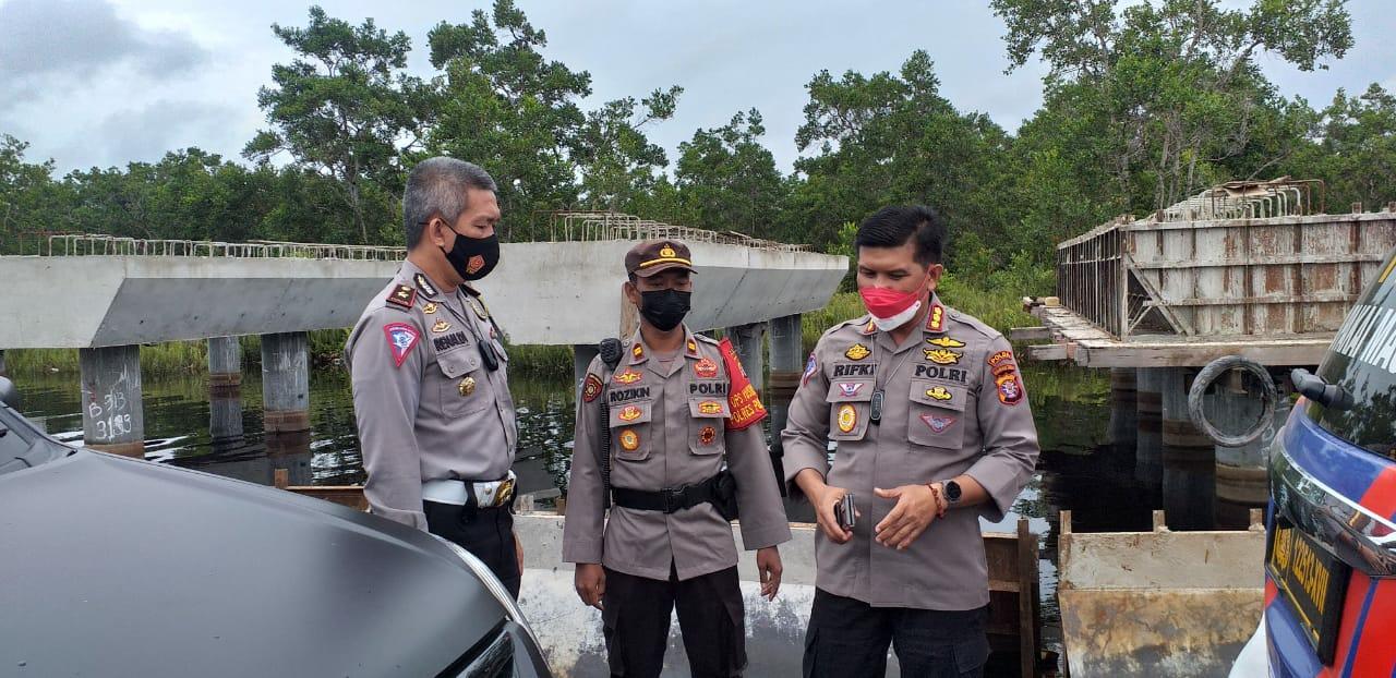 Dirlantas Kombes Pol Rifki bersama personel meninjau arus lalin di Desa Penda Barania