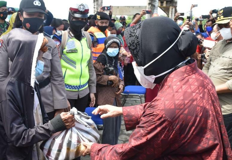 Menteri Sosial RI Tri Rismaharini saat menyalurkan bantuan untuk penanganan banjir dan pasca banjir kepada masyarakat Katingan