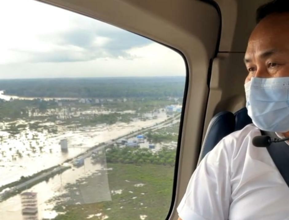 Gubernur Kalteng H. Sugianto Sabran saat memantau kondisi banjir di berbagai wilayah melalui udara dengan menggunakan Helicopter