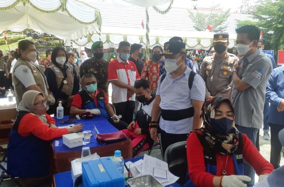 Gubernur Kalteng H. Sugianto Sabran saat meninjau pelaksanaan vaksinasi massal bagi pelajar di SMKN-1 Muara Teweh