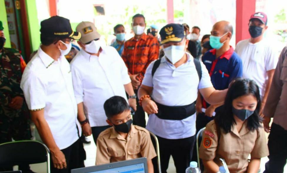 MEMOTIVASI - Gubernur Provinsi Kalimantan Tengah Sugianto Sabran memberikan motivasi kepada salah satu siswa sekolah, dalam pelaksanaan vaksinasi massal sektor pendidikan (Foto: Ist)