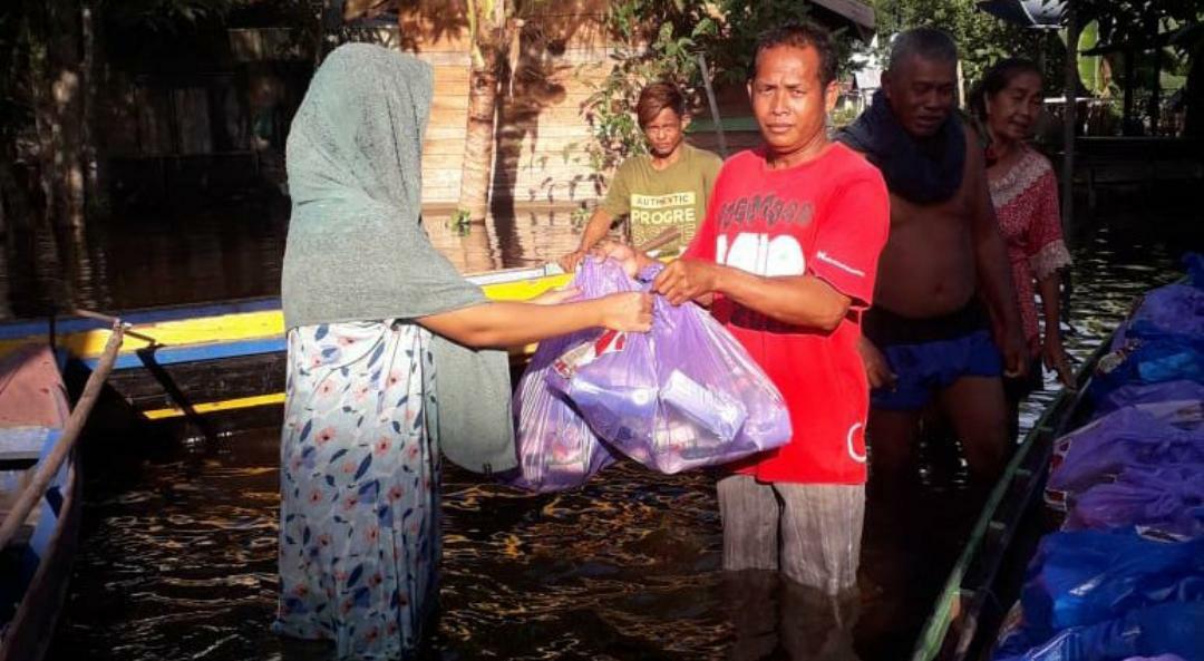 Penyerahan sembako dan bansos oleh pihak relawan, warga dan aparat desa dari Pemprov Kalteng di pedalaman desa terdampak banjir, di Katingan