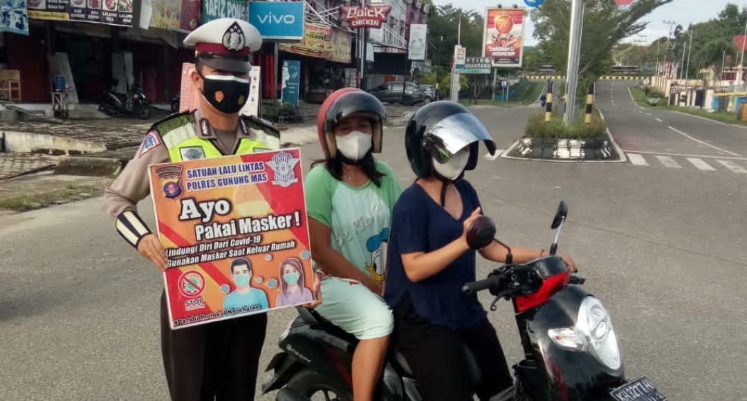 Satlantas Polres Gumas saat sosialisasi dan edukasi protokol kesehatan dan kepatuhan pakai masker kepada pengendara motor, di simpang Taman Kota Kuala Kurun, Selasa (21/9/2021)