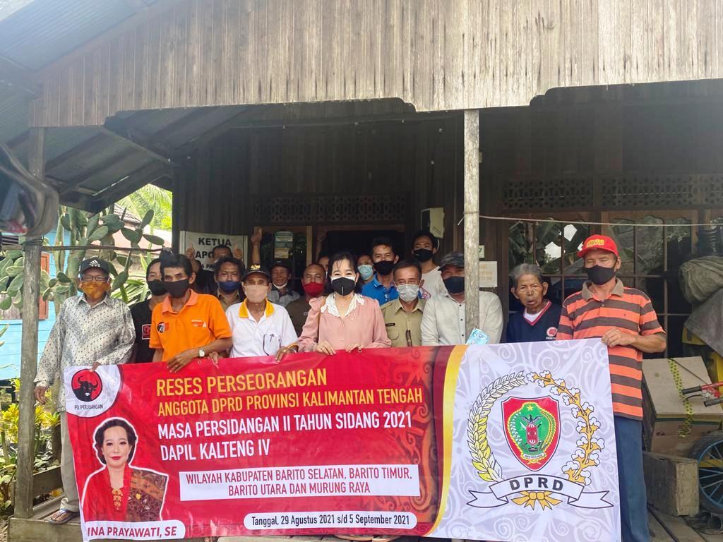 Foto Bersama - Anggota DPRD Provinsi Kalteng dari Fraksi PDI Perjuangan, Ina Prayawati, foto bersama dengan masyarakat, usai melaksanakan reses di Kabupaten Barito Timur (Bartim), pekan lalu. (Foto/Humas DPRD Provinsi Kalteng)