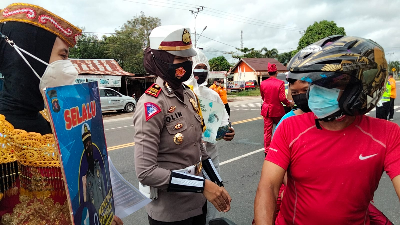 Kasat Lantas Polres Katingan, Iptu Olin saat mengimbau kepada pengendara sepeda motor agar memasang maskernya saat berkendaraan, Senin (27/9/2021)