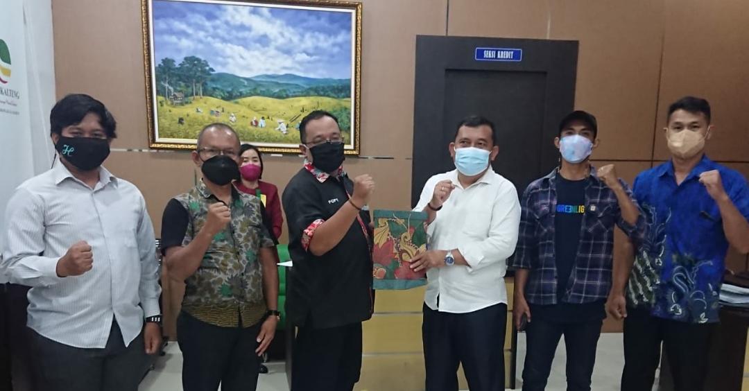 Empas Salomo Umar selaku pimpinan PT. Bank Kalteng Cabang Kuala Kurun Kabupaten Gunung Mas mengakhiri masa tugasnya dan gelar perpisahan dengan karyawan dan karyawati PT. Bank Kalteng cabang Kuala Kurun, Selasa (12/10/2021)