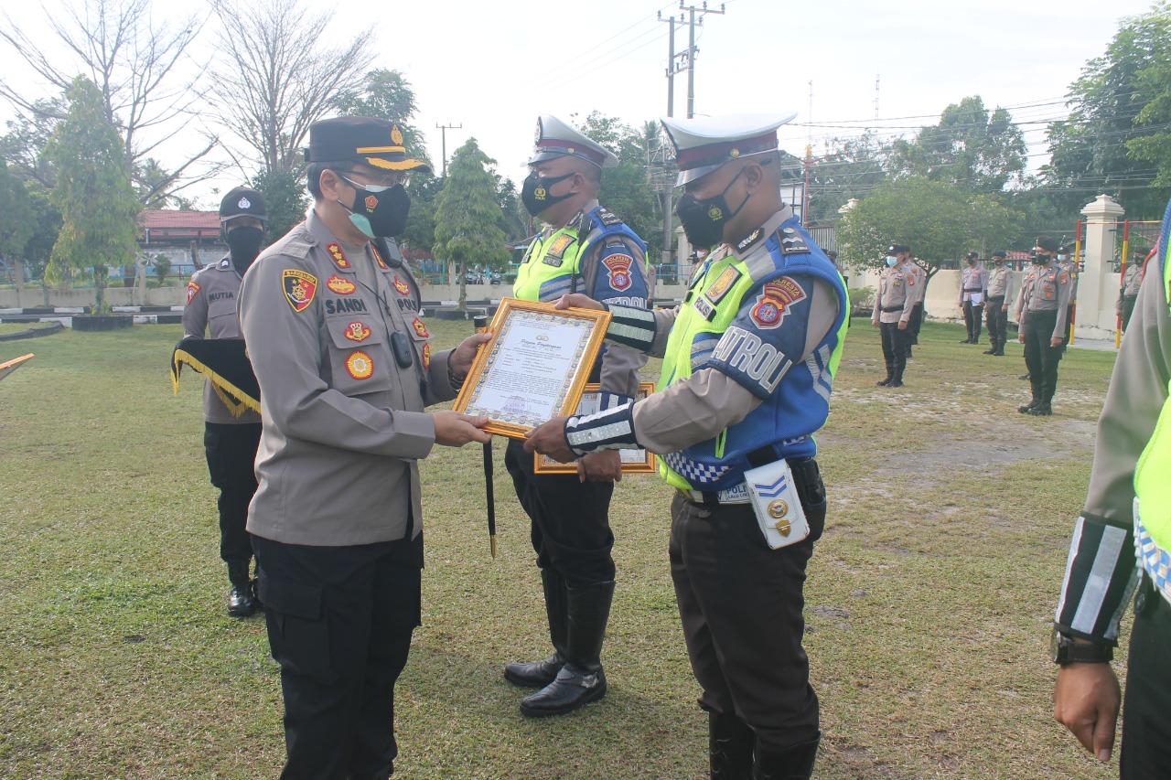 Kapolresta Kombes Pol Sandi Alfadien Mustofa saat menyerahkan penghargaan ke personel