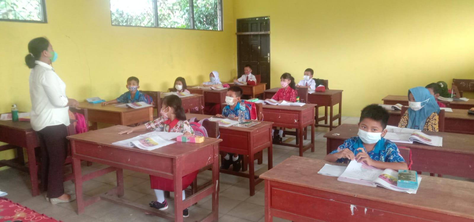 Sejumlah siswa SDN IV Kasongan Lama kecamatan Katingan Hilir Kabupaten Katingan saat menuntut ilmu dengan sistem pembelajaran tatap muka atau PTM, Rabu pagi (13/102021)