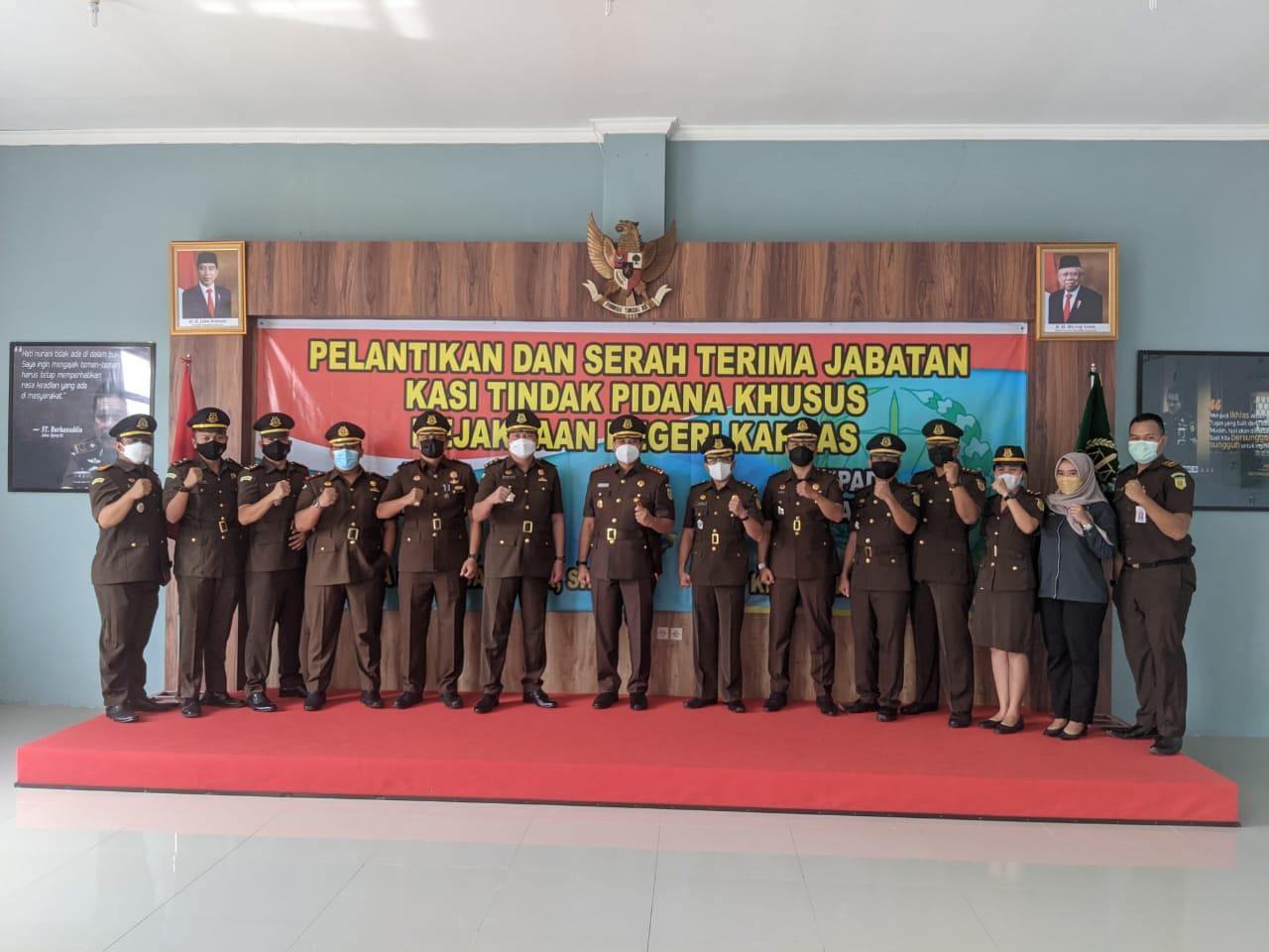 Kepala Kejaksaan Negeri Kapuas Arief Raharjo bersama Kasi Pidsus yang baru dan yang lama serta pegawai Kejari saat foto bersama