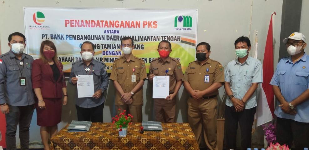 Perusahaan Daerah Air Minum (PDAM) dan PT. Bank Pembangunan Kalimantan Tengah (Bank Kalteng) melakukan penandatanganan kerja sama (PKS)