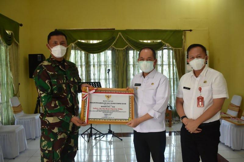 Dandim 1011/Klk saat menerima penghargaan dari Bupati Kapuas