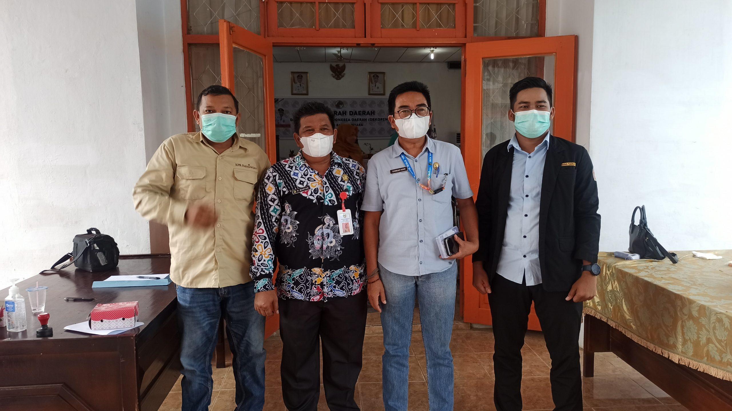 H. Mastur dan Evereadi Noor berfoto bersama peserta Musda Dekopinda Kabupaten Barut Arianor dan Hadir Ali
