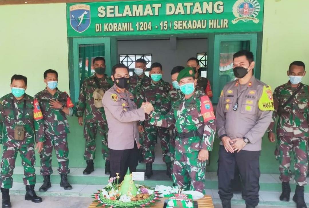 Kunjungan Kapolres Sekadau, AKBP K. Tri Panungko, S.I.K ke Koramil 1204-15/Sekadau Hilir dalam rangka HUT TNI ke-76