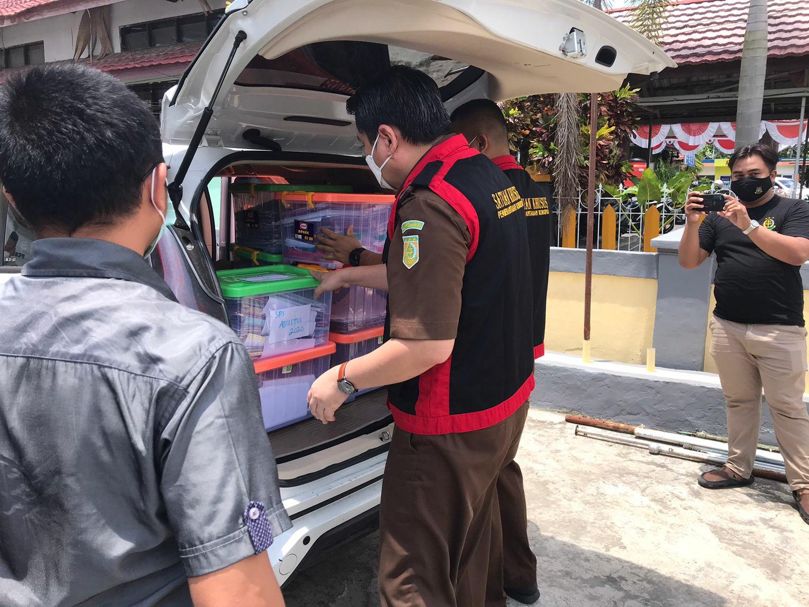 Kasi Pidsus Kajari Kapuas saat membawa barang bukti dari kantor KPU Kapuas