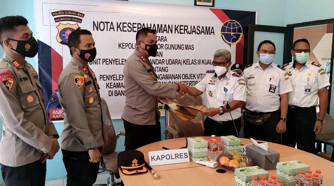 Jajaran Polda Kalteng, Kepolisian Resor Gunung Mas (Gumas) bersama Unit Penyelenggara Bandar Udara (UPBU) kelas III Kuala Kurun melakukan penandatanganan nota kesepahaman kerjasama memorandum of understanding (MoU)