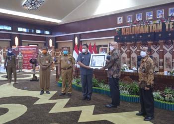 Penyerahan piagam penghargaan BKN Award 2021 dari Plt. Kepala BKN